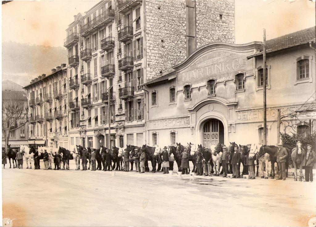 La cavalerie devant l'entrée place Blanchi