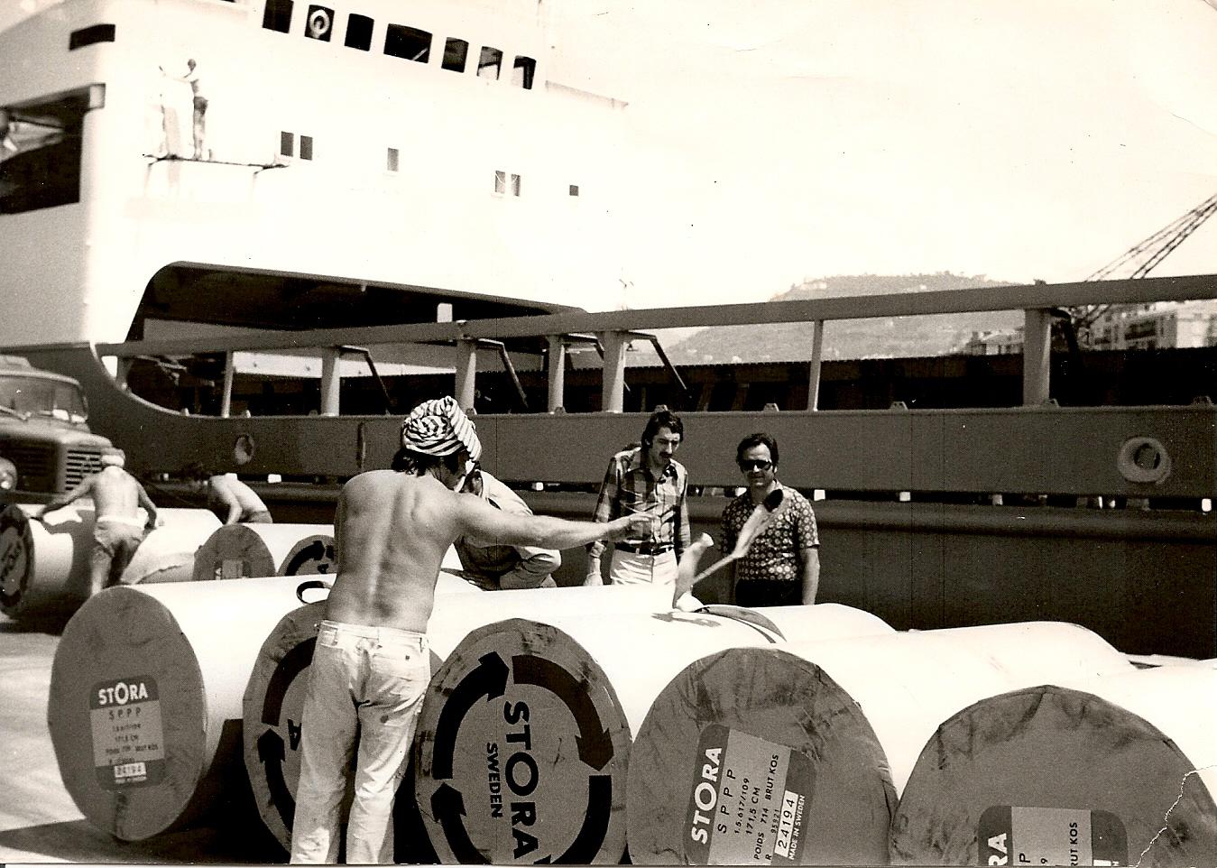 Edouard et Mr De Vargas (chef agence) au port de Nice en 06-1975. Débarquement bobine papier pour journal Nice-Matin