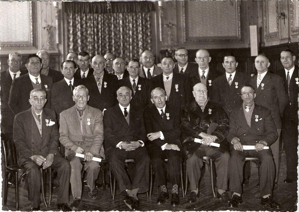 Médaille du travail à la gare Thiers (assis à l'extrème gauche Auguste Becchi, et au 2ième rang 3° en partant de la droite Tony Belgrand)