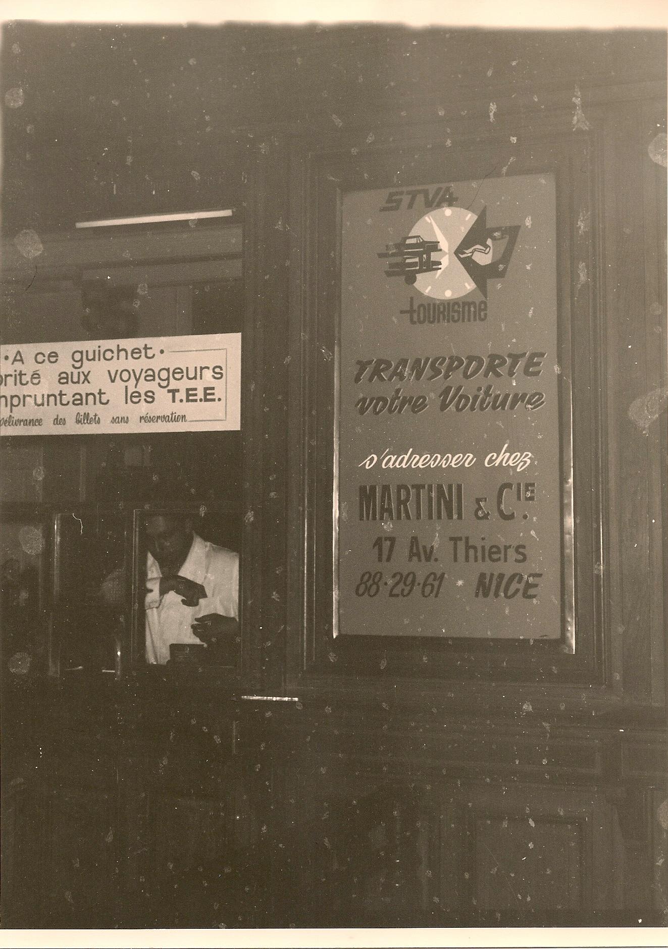 Panneau publicitaire STVA en gare de Nice