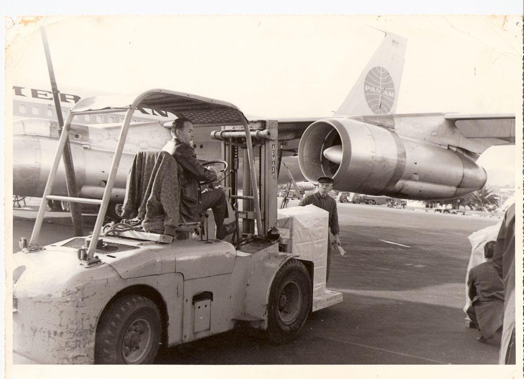 Un chariot élévateur de la SGM avec Mr Faber (loué à Martini pour une opération Pan Am)