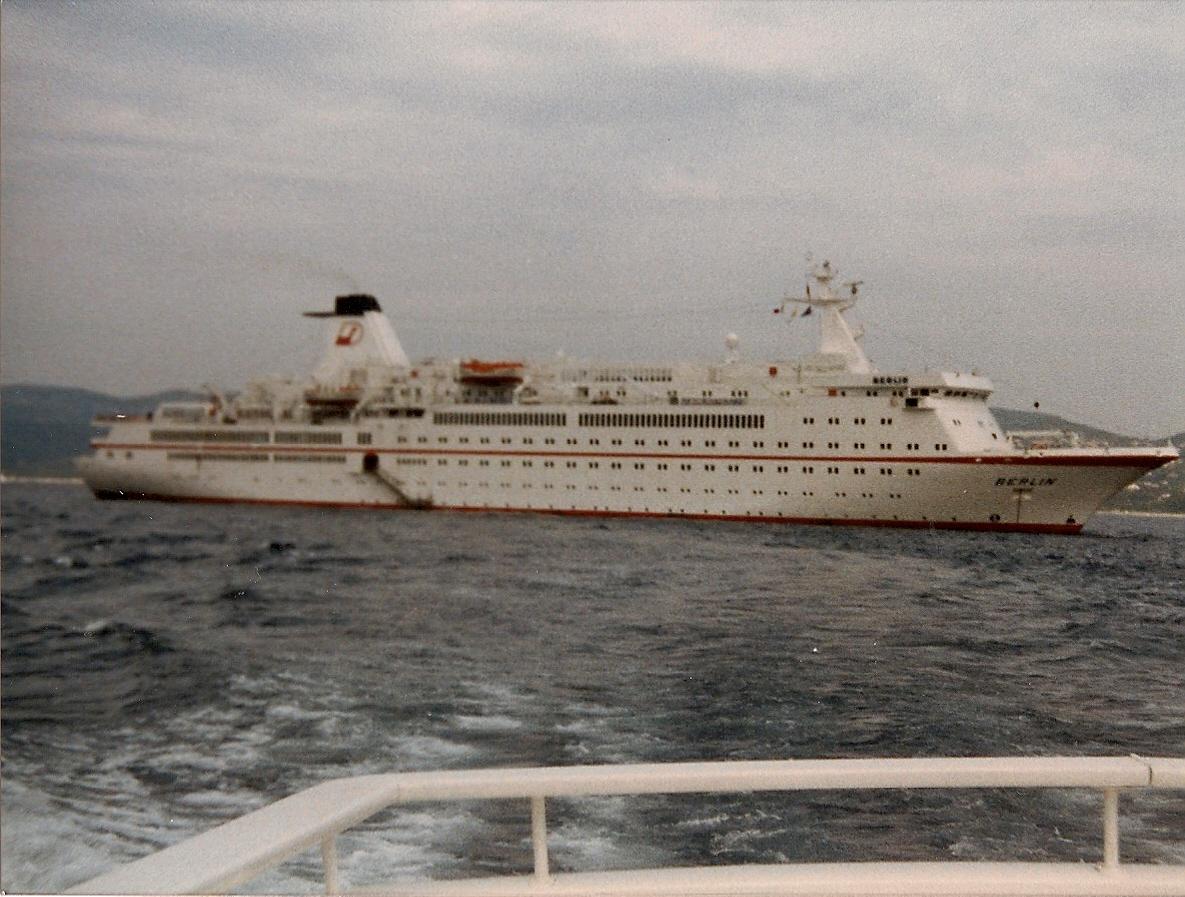 le MV BERLIN en rade de St Tropez